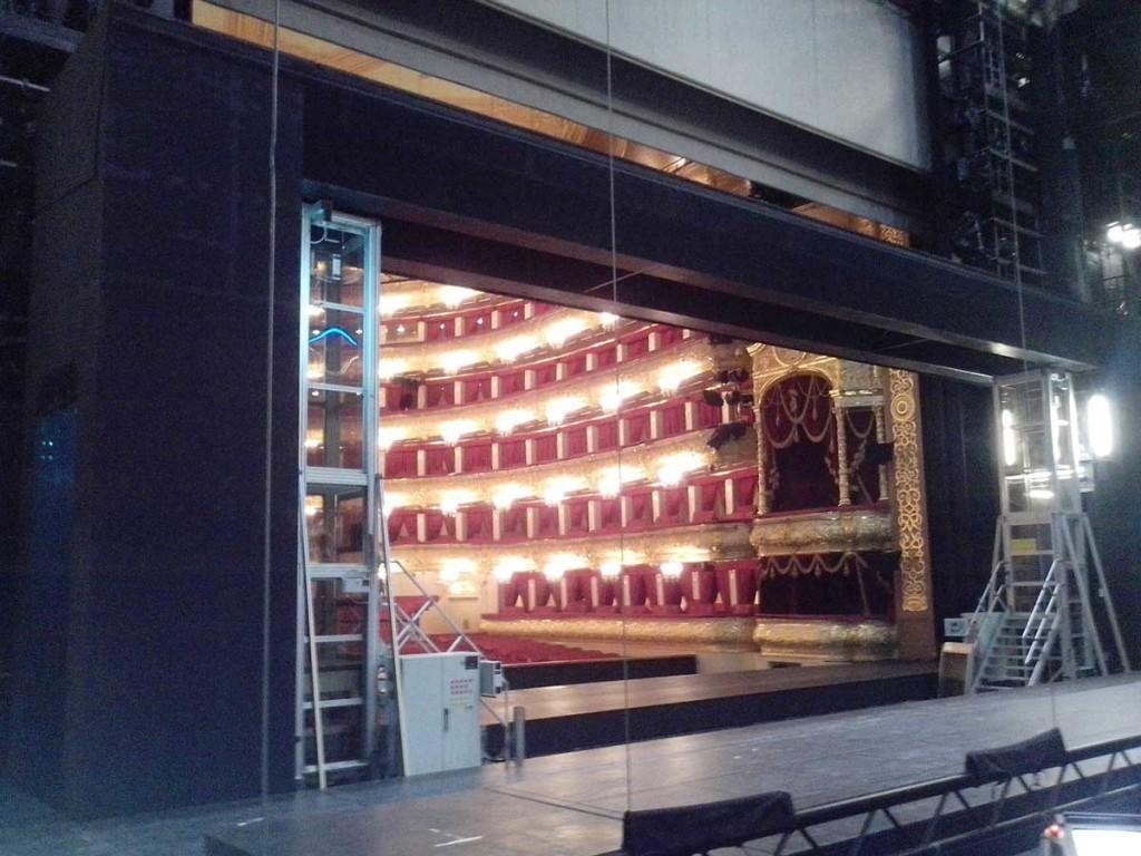 Рис. 8. Сценическая площадка вподнятом положении (внутри площадки на нижнем уровне слева исправа видны два люка провала)