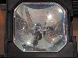 Взрывное разрушение колбы не оригинальной лампы с выбросом 50 мг ртути в окружающее пространство